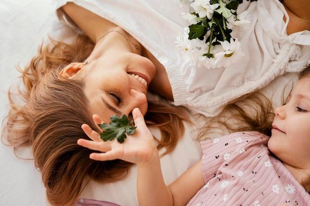 Śliczna Mama I Córka Z Bukietem Delikatnych Wiosennych Kwiatów Darmowe Zdjęcia