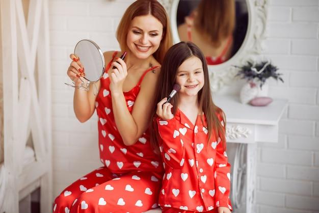 Śliczna Matka I Córka W Domu W Piżamie Darmowe Zdjęcia