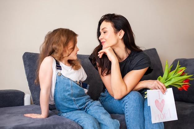 Śliczna Młoda Dziewczyna Zaskakuje Jej Matki Z Kwiatami Darmowe Zdjęcia