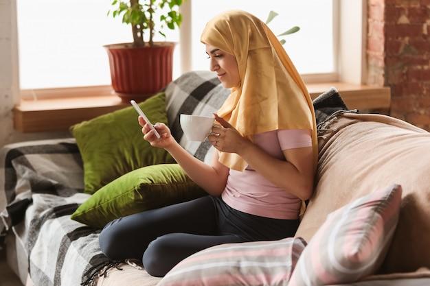 Śliczna Młoda Muzułmanka W Domu Podczas Kwarantanny I Izolacji, Używając Tabletu Do Selfie Lub Połączenia Wideo, Lekcje Online Darmowe Zdjęcia