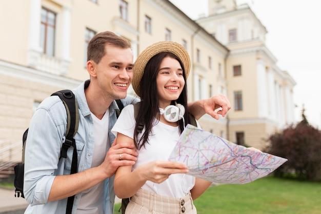 Śliczna Młoda Para Poszukuje Atrakcji Turystycznych Premium Zdjęcia