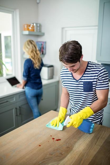 Śliczna para czyści kuchnię Premium Zdjęcia