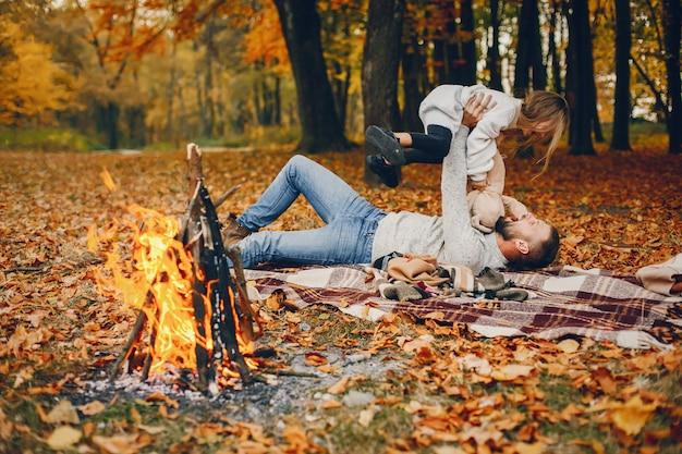 Śliczna rodzina bawić się w jesień parku Darmowe Zdjęcia