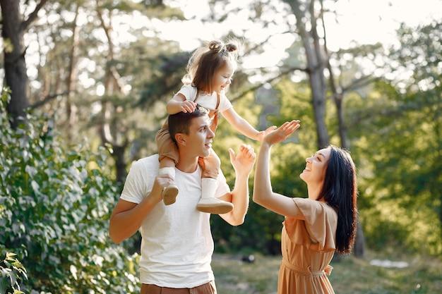 Śliczna Rodzina Bawić Się W Jesieni Polu Darmowe Zdjęcia