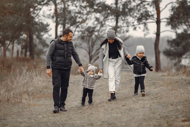 Śliczna Rodzina Bawić Się W Wiosna Lesie Darmowe Zdjęcia