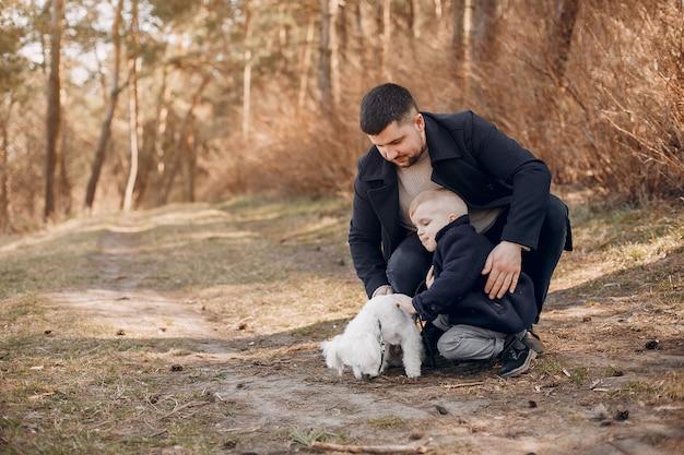 Śliczna Rodzina Gra W Parku Darmowe Zdjęcia
