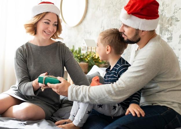 Śliczna Rodzina Jest Razem W Boże Narodzenie Darmowe Zdjęcia