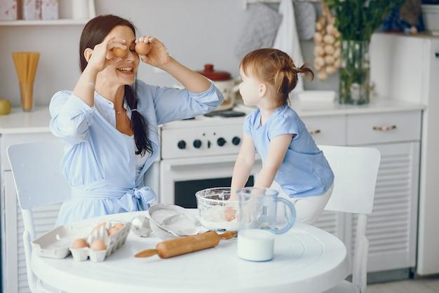 Śliczna Rodzina Przygotowuje śniadanie W Kuchni Darmowe Zdjęcia