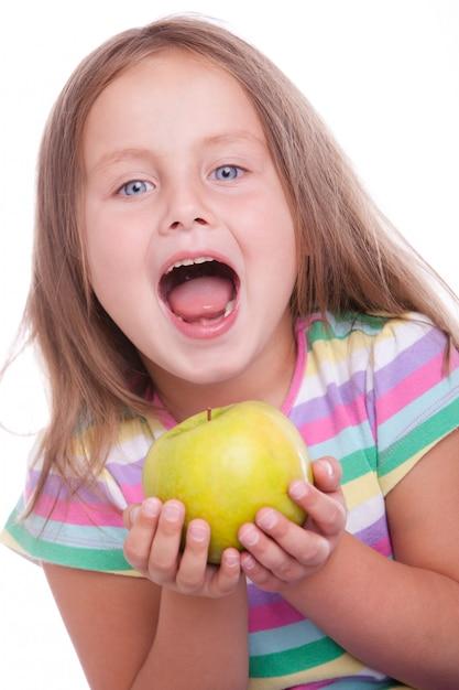 Śliczna Szczęśliwa Dziewczyna Z Zielonym Jabłkiem Darmowe Zdjęcia