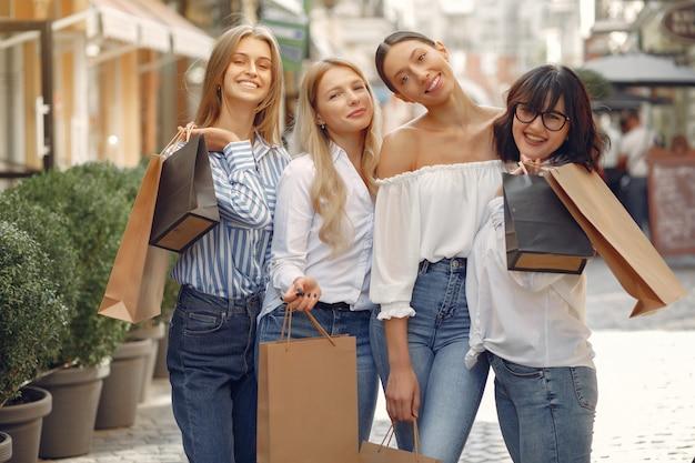 Śliczne dziewczyny z torba na zakupy w mieście Darmowe Zdjęcia