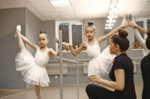 Śliczne Małe Balerinki W Różowym Stroju Baletowym. W Pokoju Tańczą Dzieci W Pointach. Dziecko W Klasie Tańca Z Nauczycielem. Darmowe Zdjęcia
