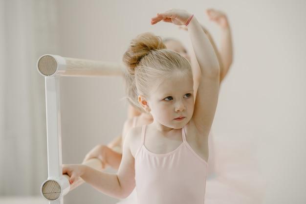 Śliczne Małe Balerinki W Różowym Stroju Baletowym. W Pokoju Tańczą Dzieci W Pointach. Dziecko W Klasie Tańca. Darmowe Zdjęcia