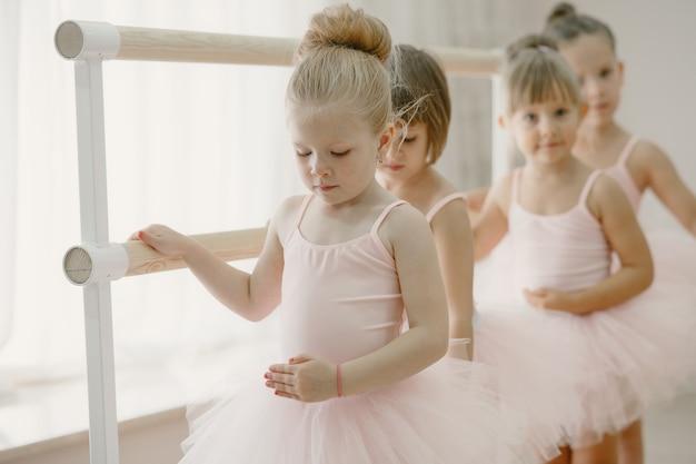 Śliczne Małe Balerinki W Różowym Stroju Baletowym. W Pokoju Tańczą Dzieci W Pointach Darmowe Zdjęcia