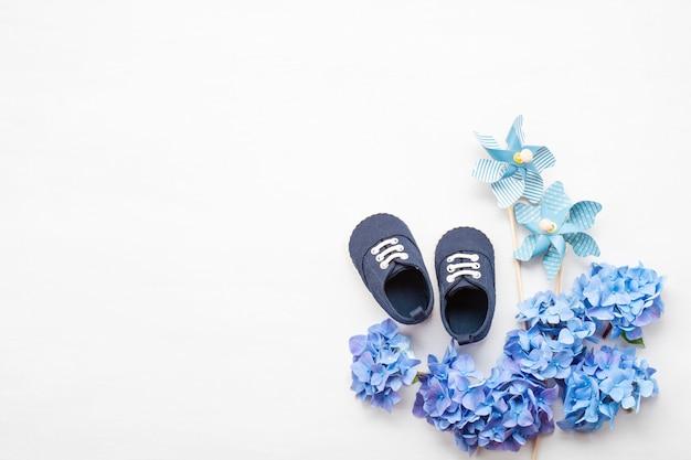 Śliczni Nowonarodzeni Chłopiec Buty Z świąteczną Dekoracją. Premium Zdjęcia