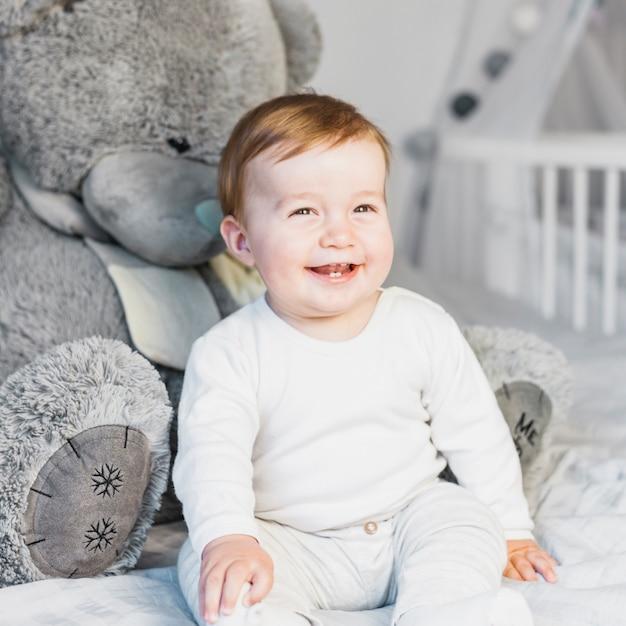 Śliczny Blondynki Dziecko W Białym łóżku Z Misiem Darmowe Zdjęcia