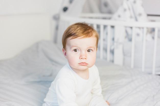 Śliczny Blondynki Dziecko W Białym łóżku Darmowe Zdjęcia