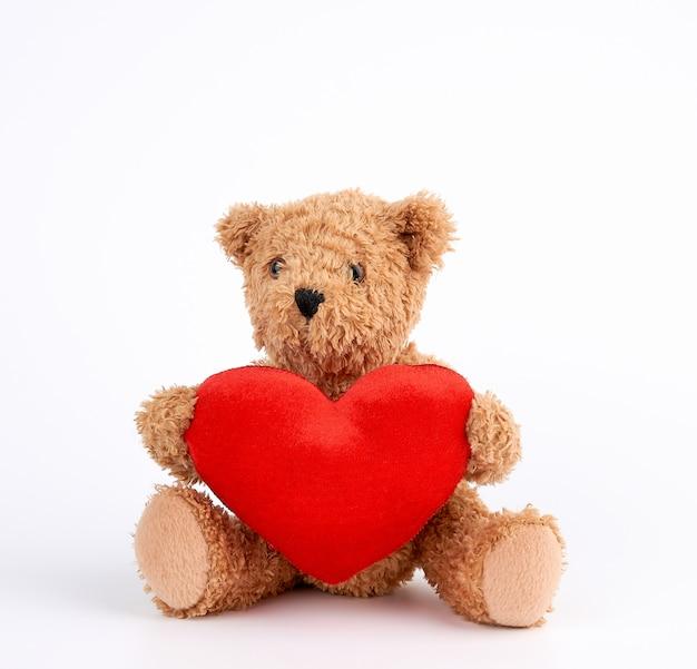 Śliczny Brown Miś Trzyma Dużego Czerwonego Serce Premium Zdjęcia