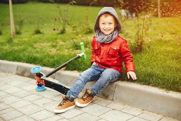 Śliczny dziecko w parku bawić się na trawie Darmowe Zdjęcia