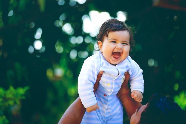 Śliczny Indyjski Małego Dziecka Ono Uśmiecha Się Premium Zdjęcia