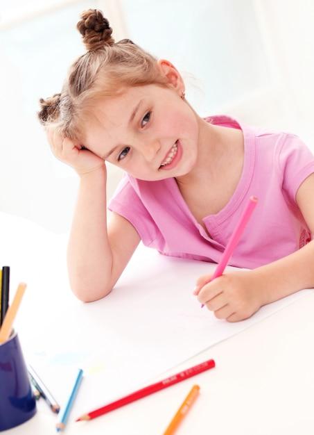 Śliczny Mała Dziewczynka Rysunek Z Kolorowymi Ołówkami Darmowe Zdjęcia