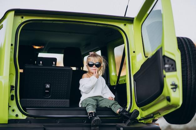 Śliczny Mały Dziewczynki Obsiadanie Z Tyłu Siedzi Samochód Darmowe Zdjęcia