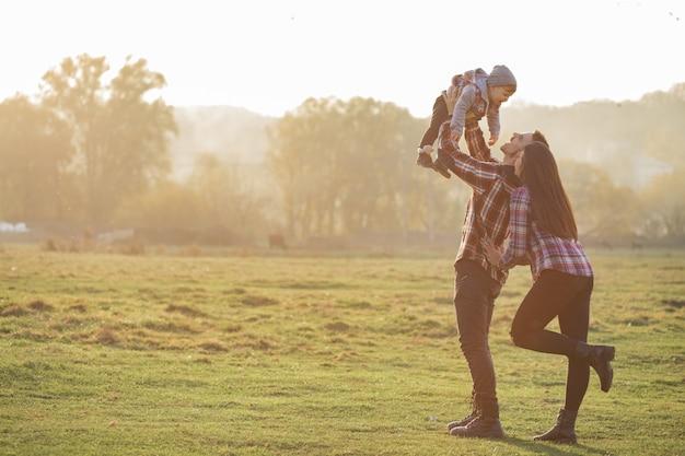 Śliczny Rodzinny Odprowadzenie W Zmierzchu Lata Parku Darmowe Zdjęcia