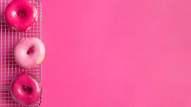 Słodcy Różowi Pączki Z Kopii Przestrzenią Darmowe Zdjęcia