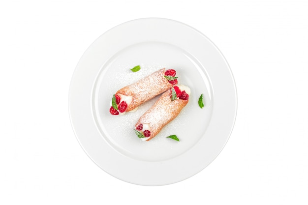 Słodka Rolka Z Jagoda Deserem Odizolowywającym Na Bielu Premium Zdjęcia