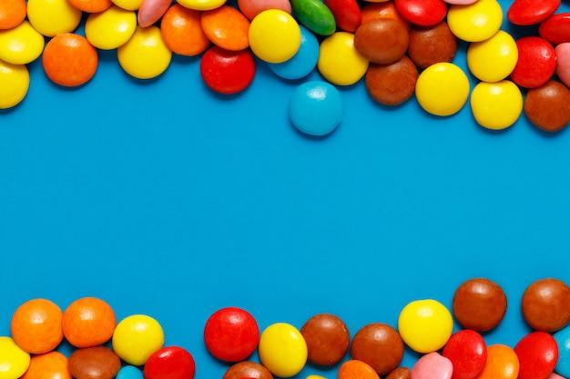 Słodki Barwiony Cukierku Zakończenie Up Na Błękita Plecy Ziemi Z Kopii Przestrzenią Dla Teksta Premium Zdjęcia