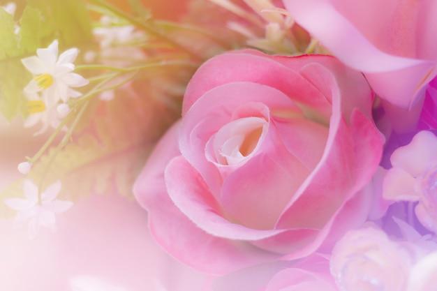 Słodki Bukiet Kolorowych Róż W Miękkim I Rozmytym Stylu Premium Zdjęcia