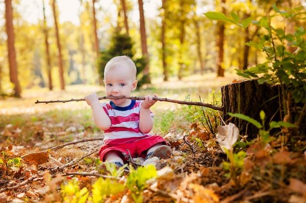 Słodki chłopczyk gra Premium Zdjęcia