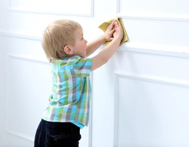 Słodki chłopiec w domu Darmowe Zdjęcia