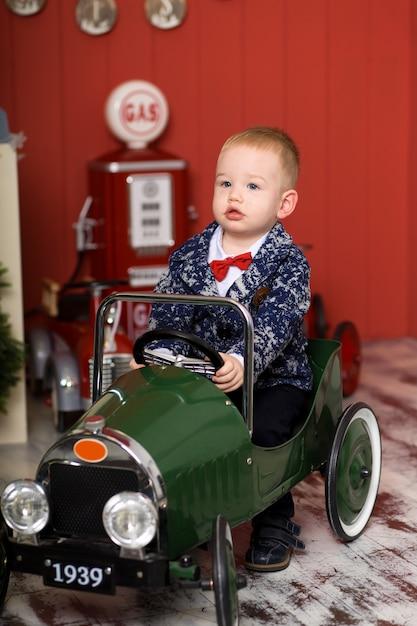 Słodki maluch bawi się samochodzikami, jeździ samolotem do pisania, szczęśliwe dzieciństwo Premium Zdjęcia