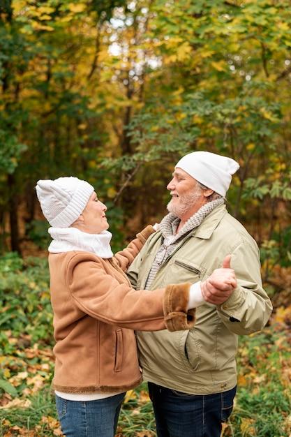 Słodki para taniec w parku na jesieni Darmowe Zdjęcia