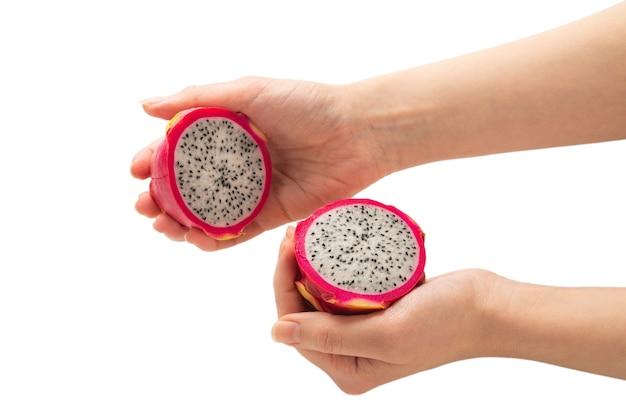 Słodki Smaczny Owoc Smoka Lub Pitaya W Ręce Kobiety Na Białym Tle. Premium Zdjęcia