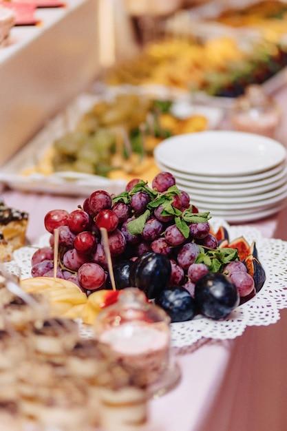 Słodki świąteczny Bufet, Owoce, Czapki, Makarony I Mnóstwo Słodyczy Darmowe Zdjęcia