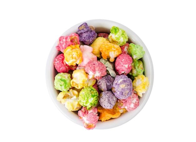 Słodki Wielokolorowy Karmelowy Popcorn W Białej Misce Premium Zdjęcia