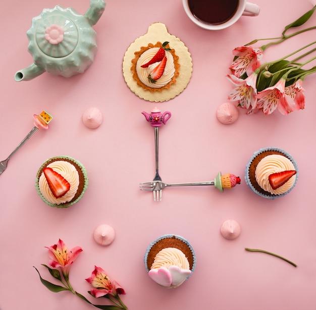 Słodki Zegar Z Ciast Z Truskawkami Darmowe Zdjęcia