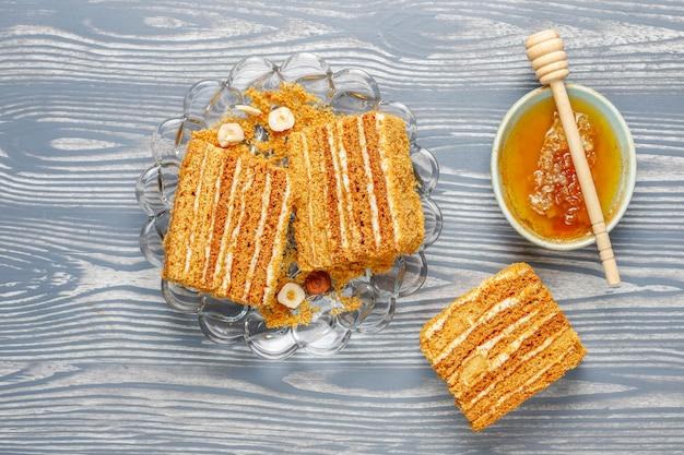 Słodkie Domowe Ciasto Miodowe Z Przyprawami I Orzechami. Darmowe Zdjęcia