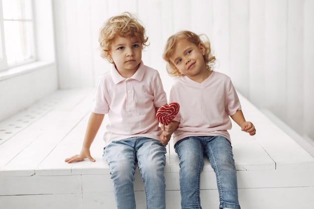 Słodkie Dzieci Zabawy Z Cukierkami Darmowe Zdjęcia