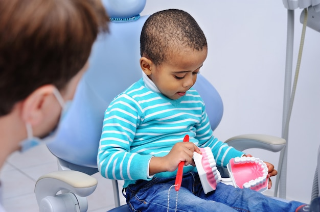Słodkie dziecko na fotelu dentystycznym Premium Zdjęcia