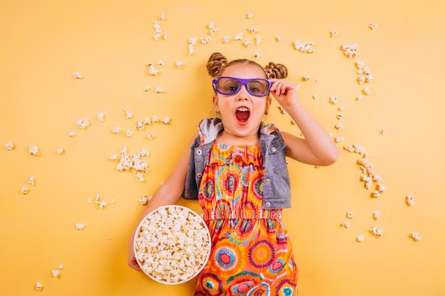 Słodkie dziewczyny jedzenie popcornu Darmowe Zdjęcia
