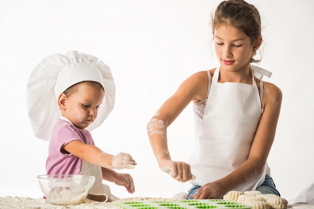 Słodkie Małe Dzieci Brat I Siostra Gotowania Premium Zdjęcia
