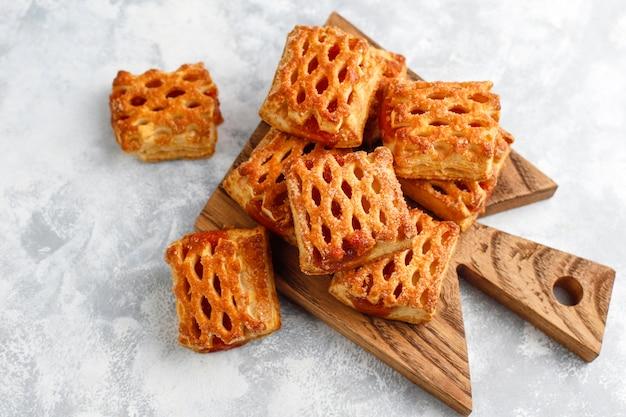 Słodkie pyszne ciasteczka z dżemem owocowym, widok z góry Darmowe Zdjęcia