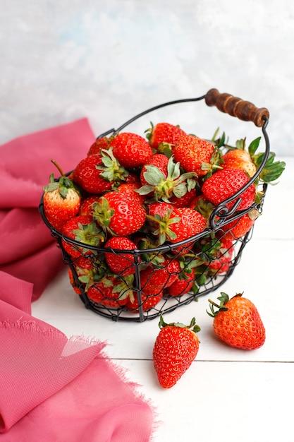 Słodkie pyszne truskawki w koszu, widok z góry Darmowe Zdjęcia