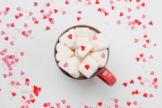 Słodkie serca i filiżanka kawy z piankami Darmowe Zdjęcia