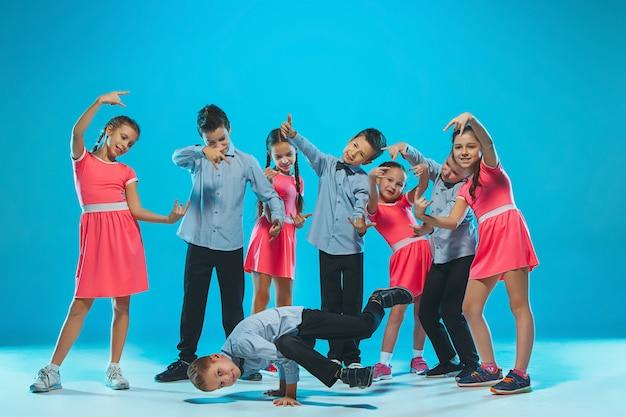 Słodkie śmieszne Dziewczyny I Chłopcy Tańczące Na Niebiesko Darmowe Zdjęcia