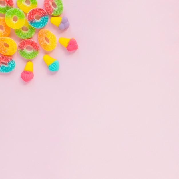 Słodycze na różowej powierzchni Darmowe Zdjęcia