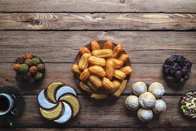 Słodycze Ramadan Układane Są Na Drewnianym Stole. Widok Z Góry. Premium Zdjęcia