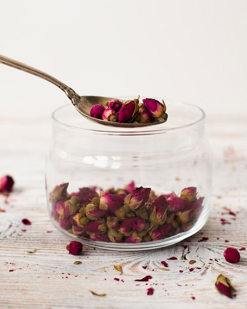Słoik Z Bliska Wypełniony Organicznymi Mini Różami Darmowe Zdjęcia
